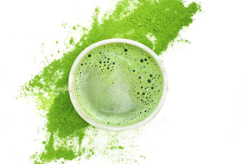 Grönt te för varm matcha i en kopp på en vit bakgrund royaltyfria bilder