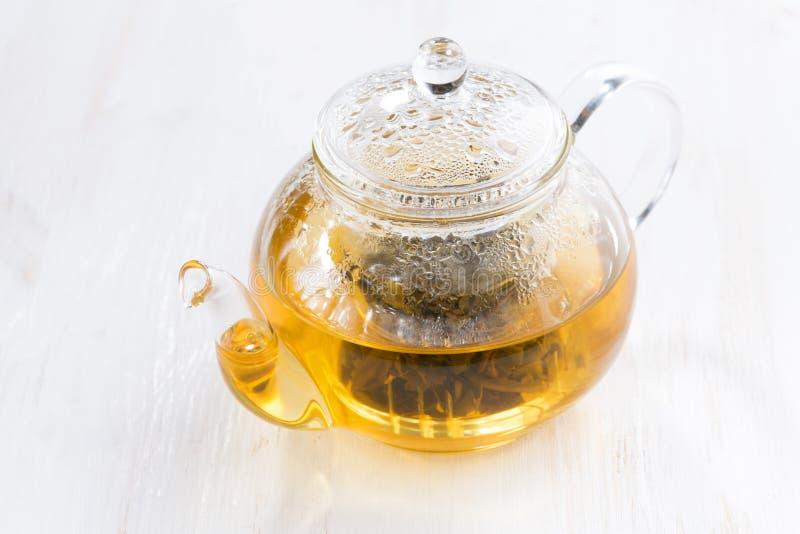 Grönt te med jasmin på den vita trätabellen royaltyfria foton