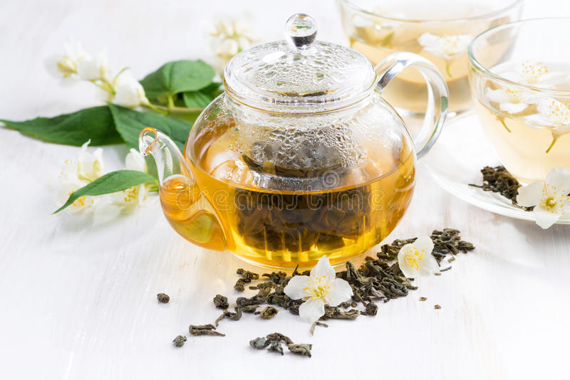 Grönt te med jasmin på trätabellen royaltyfri foto