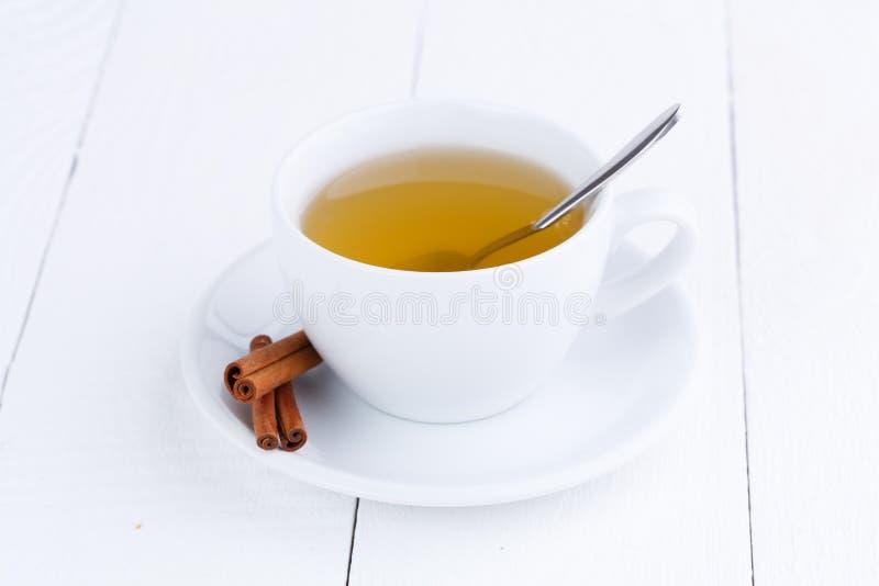 Grönt te och kanel på trätabellen royaltyfria foton