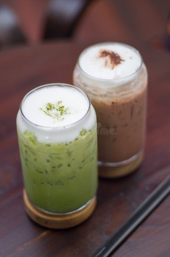 Grönt te och med is choklad royaltyfri bild
