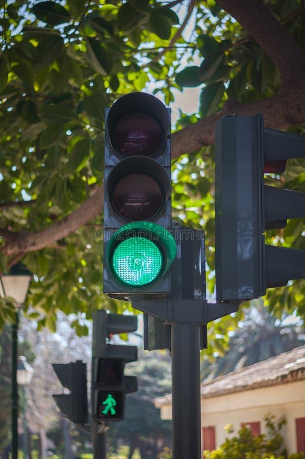 Grönt trafikljus arkivbild