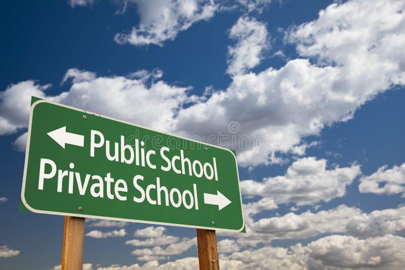 Grönt vägmärke för allmänhet eller för privatskola över himmel arkivfoton