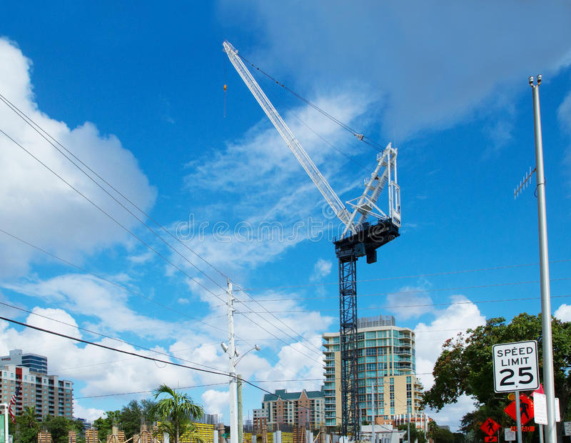 Grúa alta en Fort Lauderdale céntrico, la Florida, los E.E.U.U. imagenes de archivo