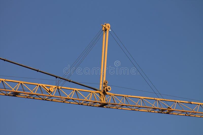 Grúa amarilla en el cielo azul fotografía de archivo