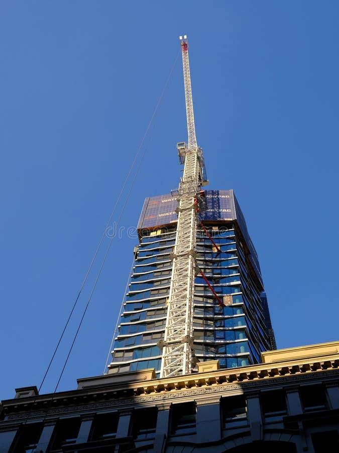 Grúa blanco en Sydney High Rise Construction Site, Australia foto de archivo