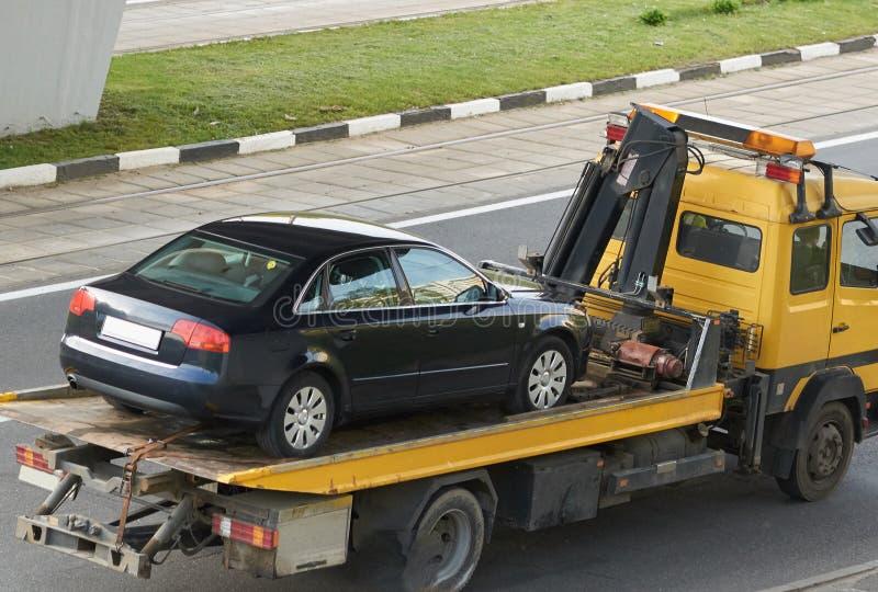 Grúa con vista posterior del coche imagen de archivo libre de regalías