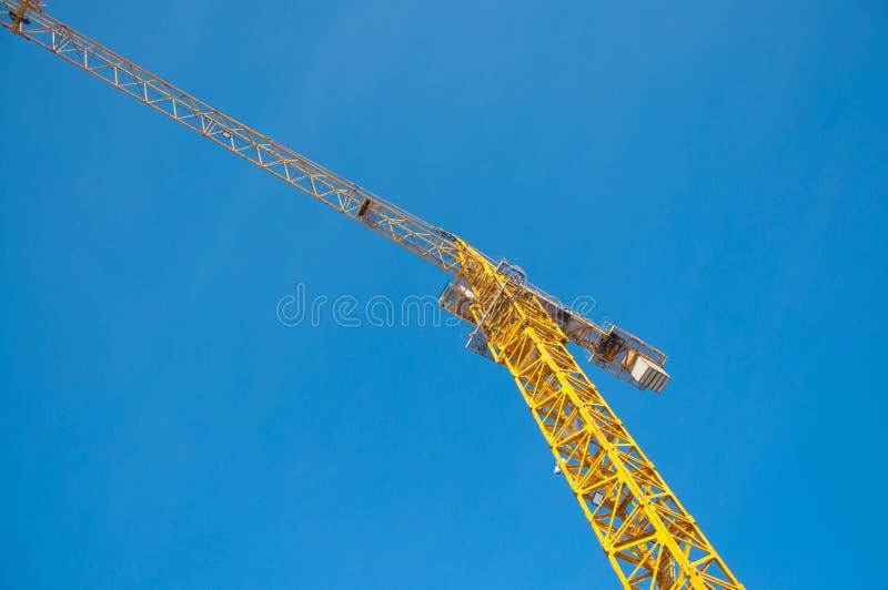 Grúa de construcción contra el cielo azul con las nubes imagen de archivo