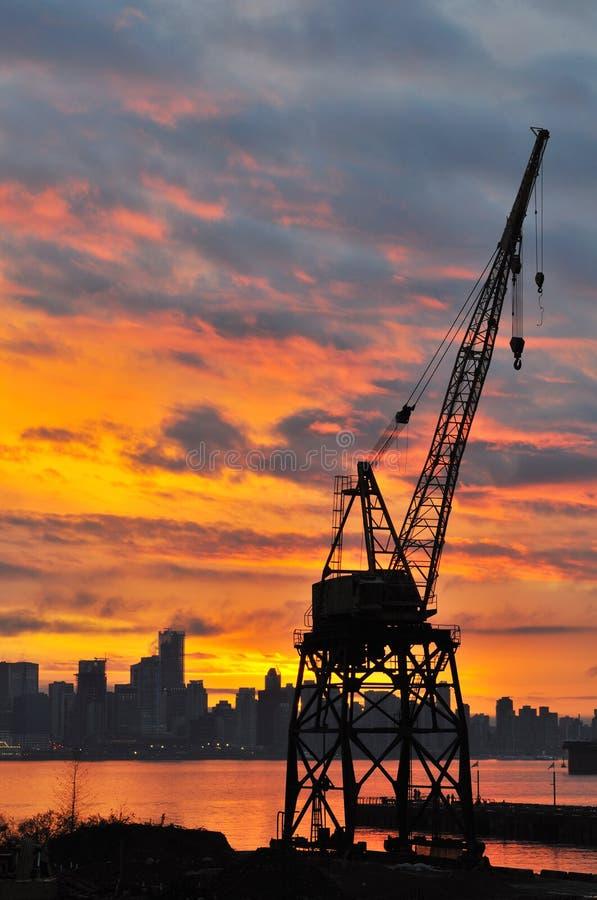 Download Grúa De Construcción En La Puesta Del Sol Imagen de archivo - Imagen de tarde, astillero: 7281267
