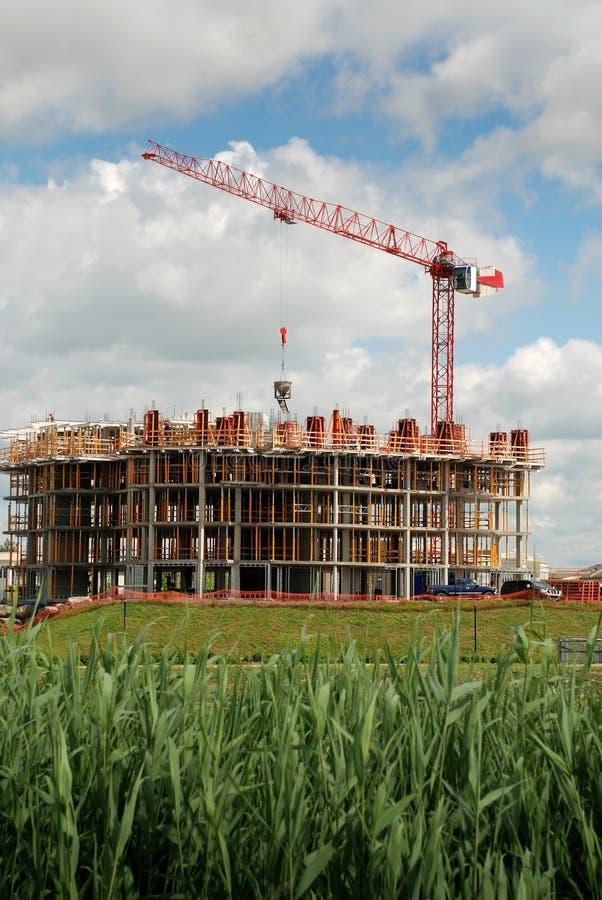 Grúa de elevación en el edificio en la construcción fotografía de archivo