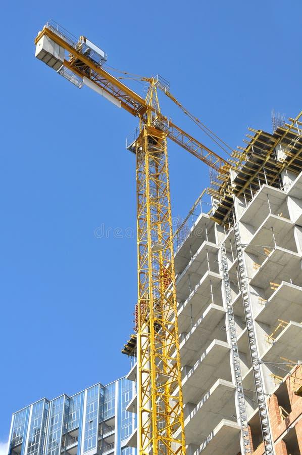Grúa de la construcción y del edificio imagenes de archivo