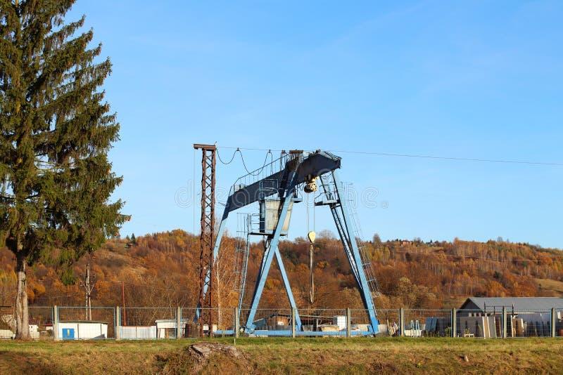 Grúa del carril en la producción Cargando y descargando los carros Cargas pesadas de elevación Estructuras del metal para la carg foto de archivo