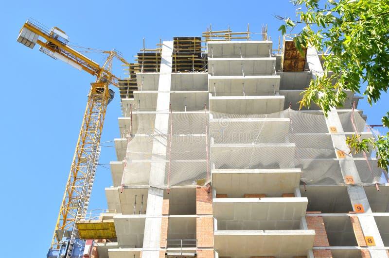 Grúa del edificio y edificio bajo construcción imagen de archivo