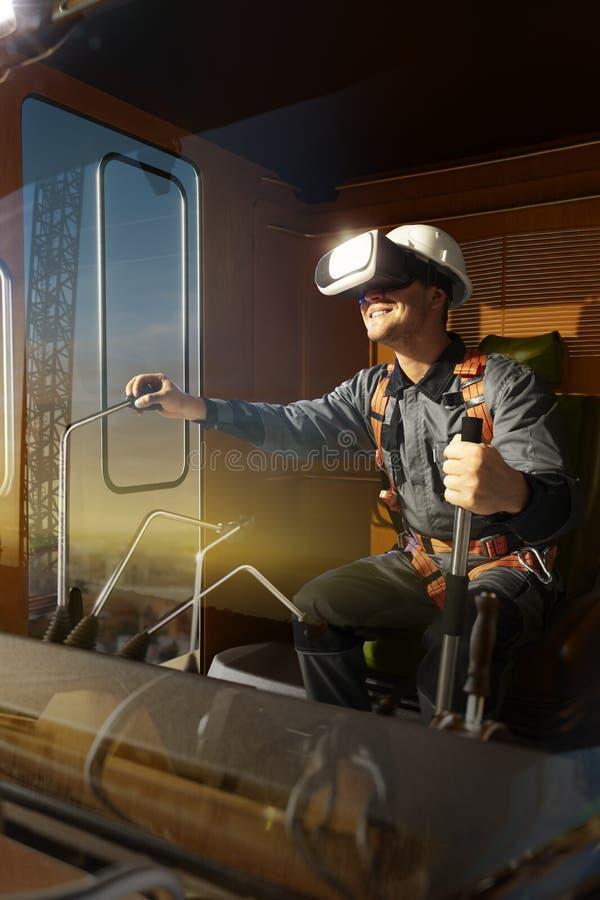 Grúa del operador del ingeniero que intenta las auriculares de VR y que explora otro mundo imagen de archivo