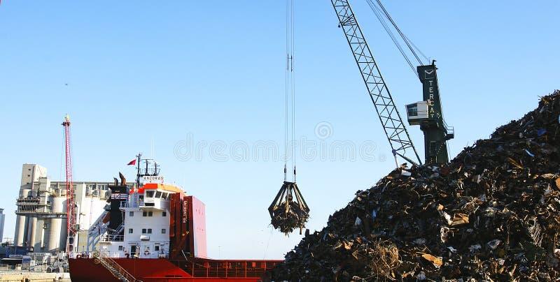 Grúa del pulpo con el montón del pedazo, puerto de Barcelona fotografía de archivo