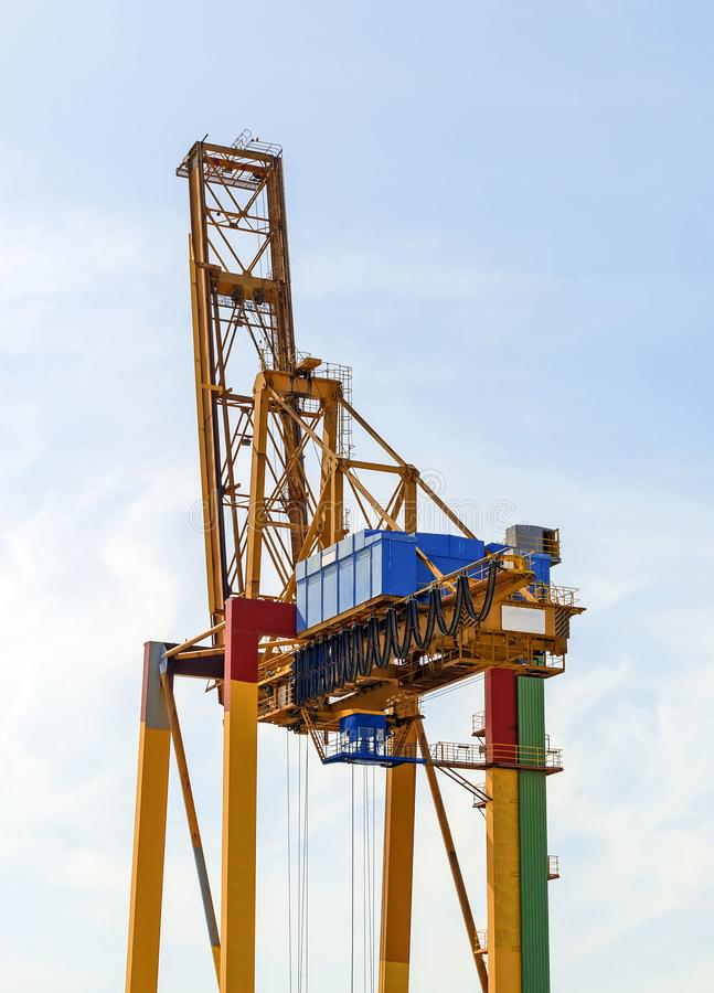 Grúa industrial pesada del envase del puerto marítimo fotografía de archivo