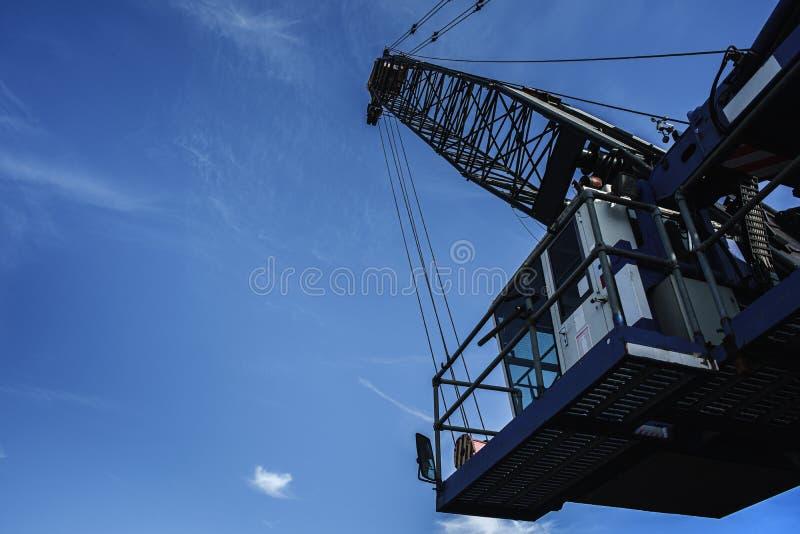 Gr?a portuaria azul grande Visi?n desde abajo a para arriba Fondo del cielo de Bly imagen de archivo