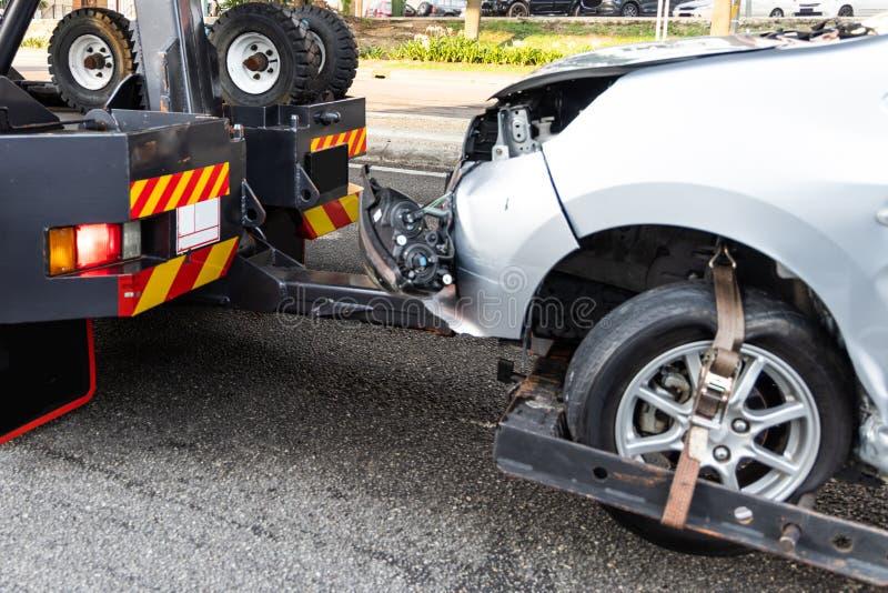 Grúa que remolca el coche analizado del accidente fotos de archivo libres de regalías