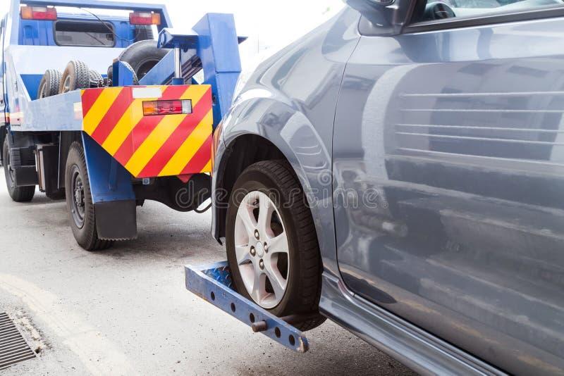 Grúa que remolca un coche analizado en la calle imagen de archivo libre de regalías