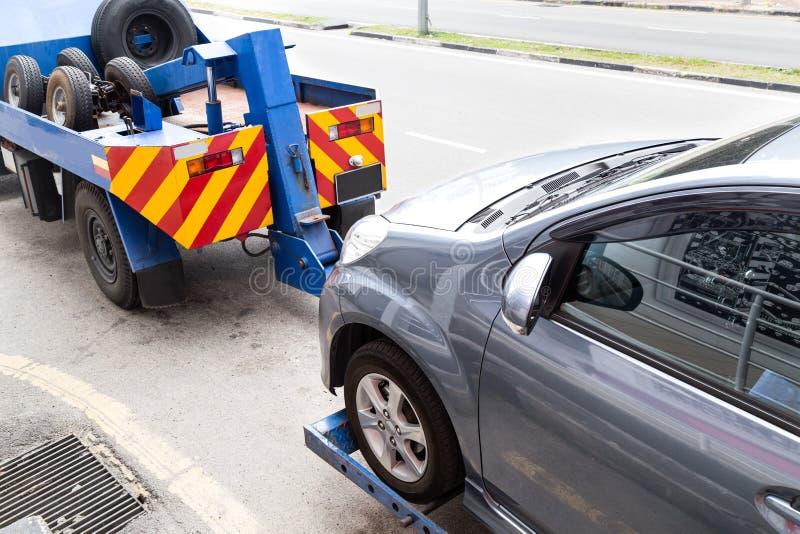 Grúa que remolca un coche analizado en la calle foto de archivo libre de regalías