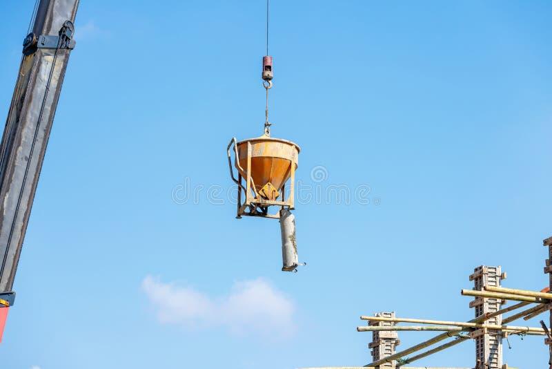 Grúa que trabaja en la construcción en el cielo azul imagenes de archivo
