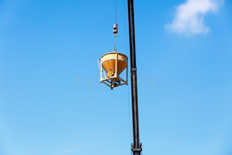 Grúa que trabaja en la construcción en el cielo azul fotografía de archivo
