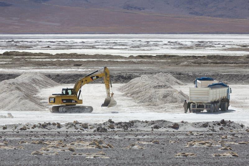 Grúa y camión en la acción en la mina de sal, Bolivia fotos de archivo