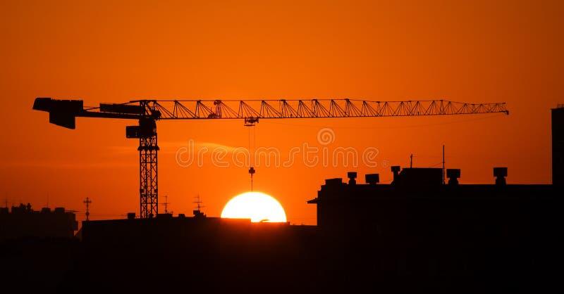 Grúa y el sol fotos de archivo