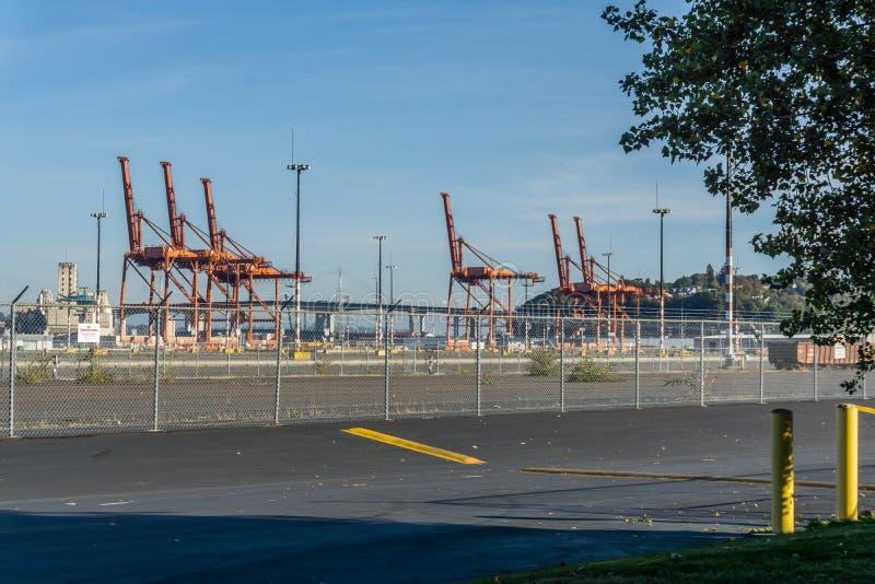 Grúas anaranjadas del puerto imagenes de archivo