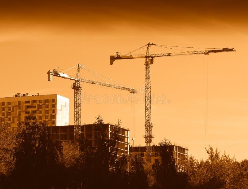 Grúas de construcción en el fondo de Moscú foto de archivo