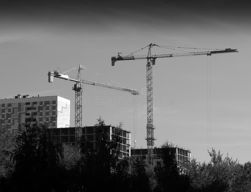 Grúas de construcción en el fondo de Moscú fotografía de archivo