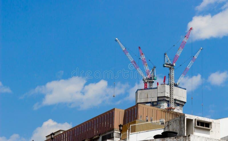 Grúas de construcción en el tejado del edificio fotografía de archivo libre de regalías
