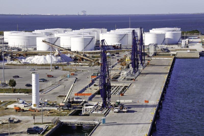 Grúas de la granja y del cargamento del depósito de gasolina del puerto de envío foto de archivo