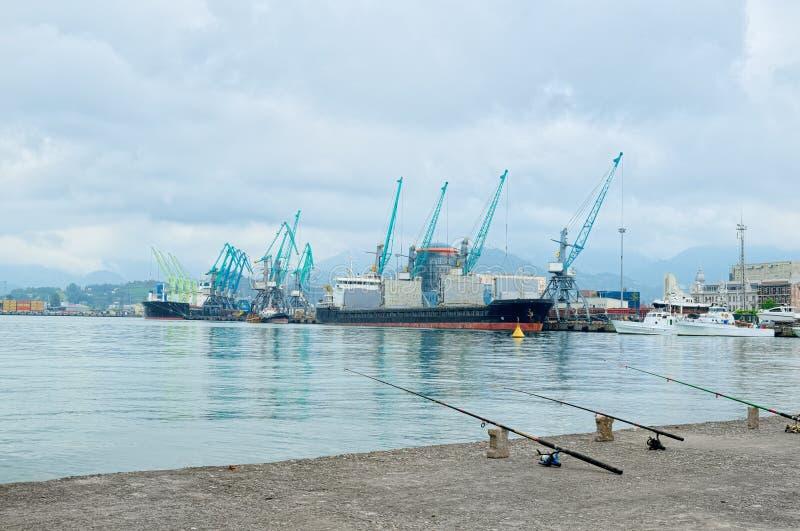 Grúas de trabajo en puerto marítimo foto de archivo