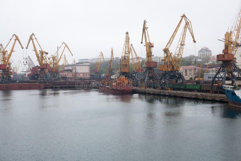 Grúas del cargo, puerto marítimo de Odessa fotos de archivo libres de regalías