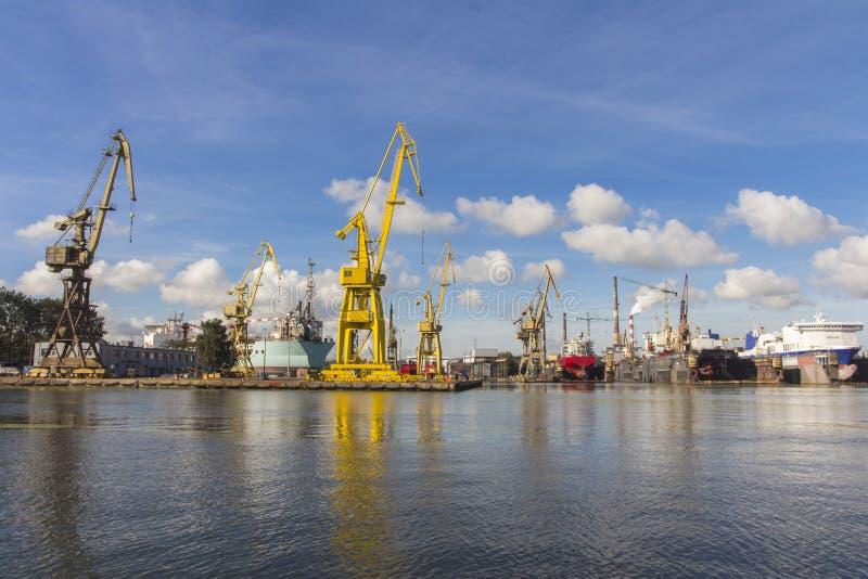 Grúas del puerto en Gdansk polonia imagenes de archivo