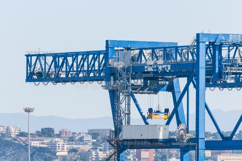 Grúas en el canal del puerto foto de archivo