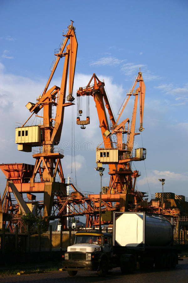Grúas en el puerto foto de archivo libre de regalías