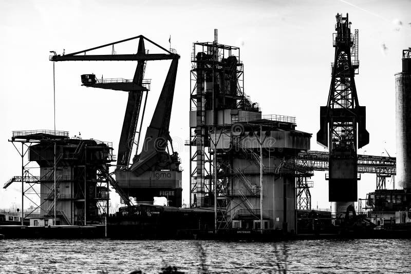 Grúas en el puerto de Amsterdam imagenes de archivo