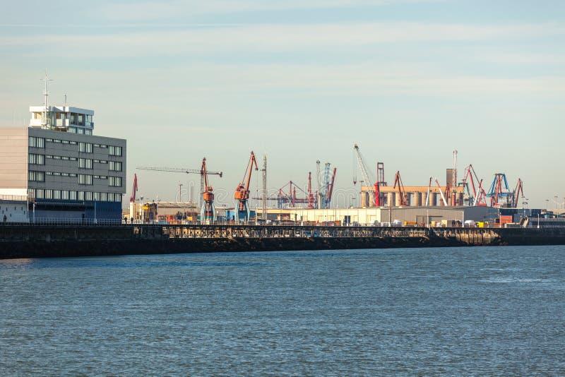 Grúas en el puerto marítimo en Portugalete, España septentrional imagenes de archivo