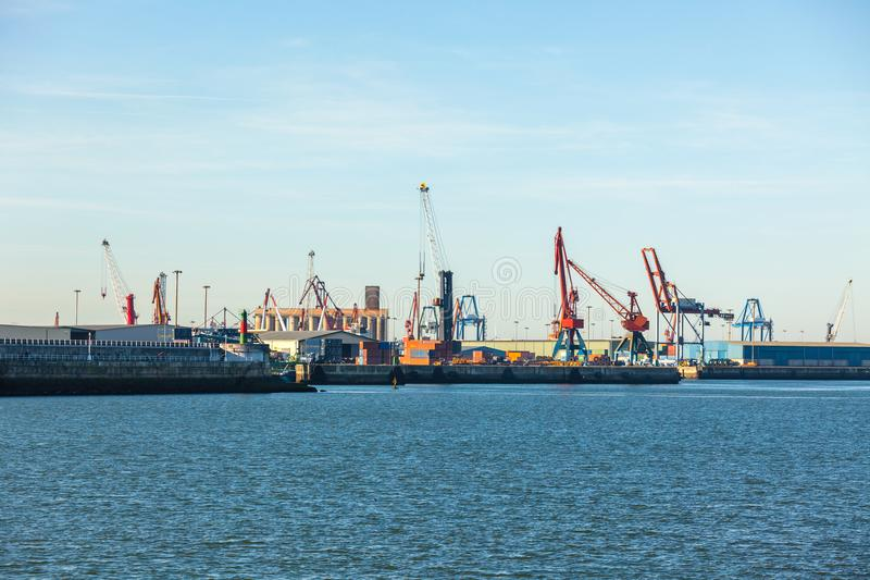 Grúas en el puerto marítimo en Portugalete, España septentrional imagen de archivo