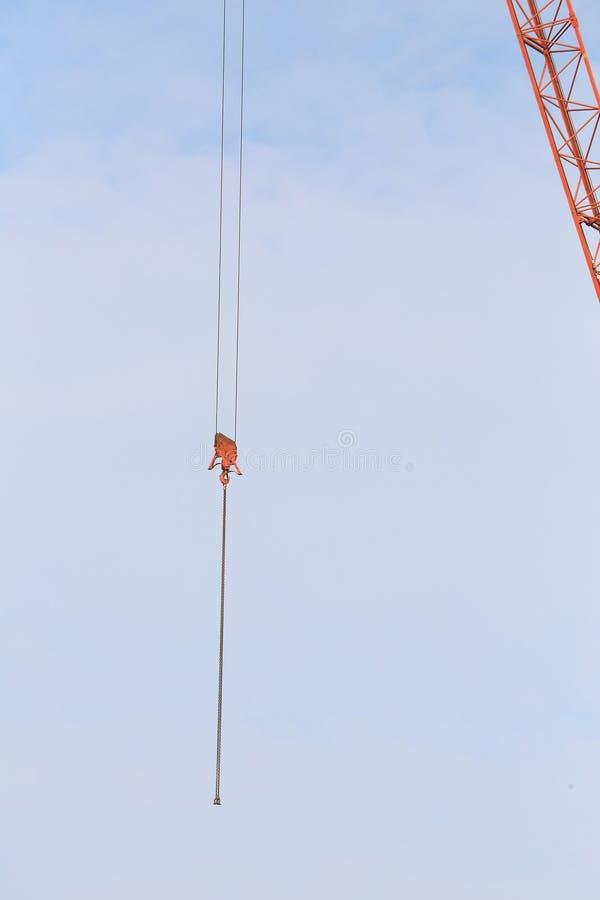 Grúas en emplazamiento de la obra con el cielo azul fotografía de archivo