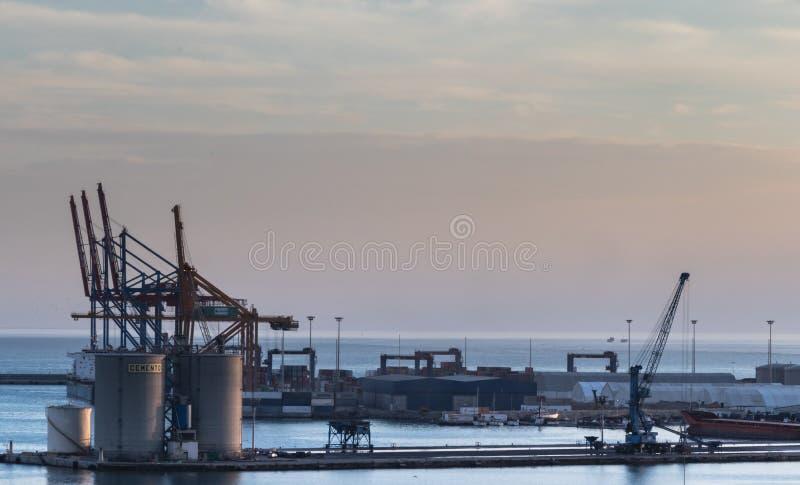 Grúas en un astillero en el puerto de Málaga, España imagen de archivo