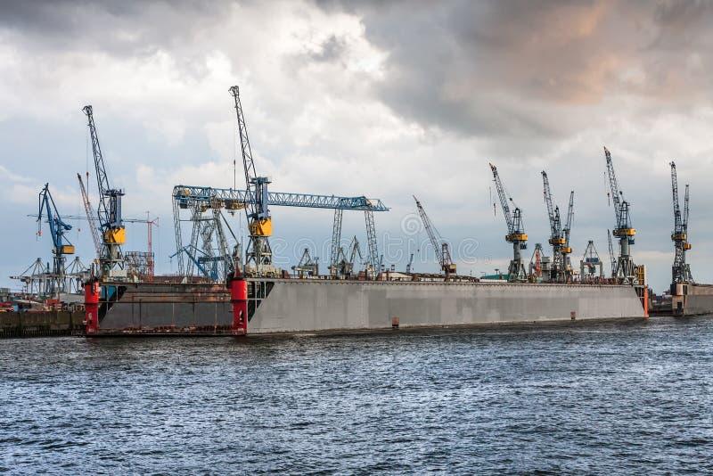 Grúas en un dique flotante en Hamburgo imagen de archivo libre de regalías