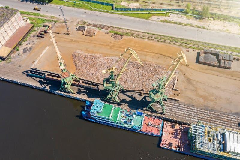 Grúas marinas en el embarcadero listo para cargar el cargo a granel sobre una gabarra, visión aérea fotografía de archivo libre de regalías