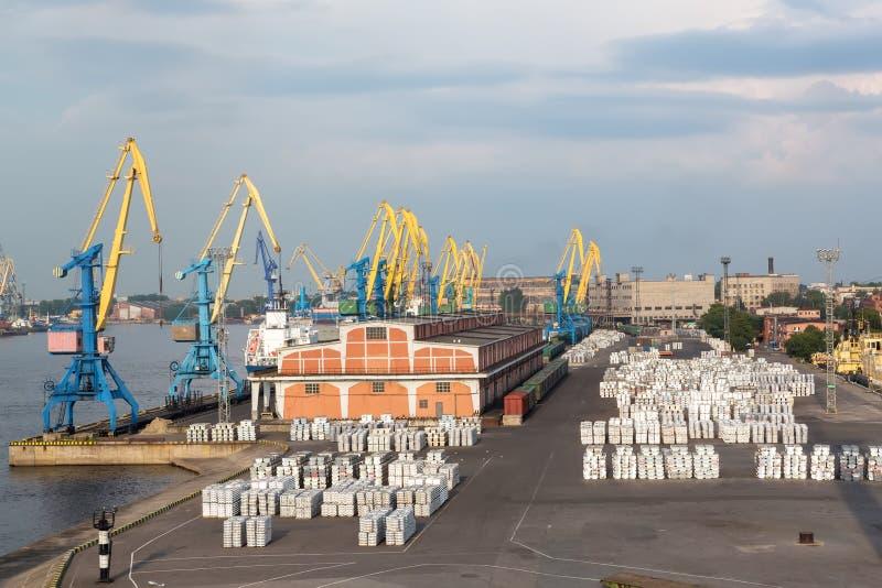 grúas y cargo del puerto fotos de archivo