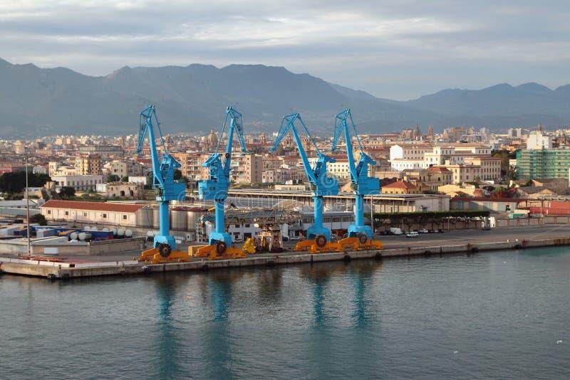 Grúas y ciudad del puerto Palermo, Italia imágenes de archivo libres de regalías