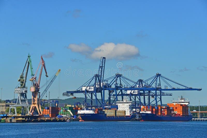 Grúas y naves en el puerto imagenes de archivo