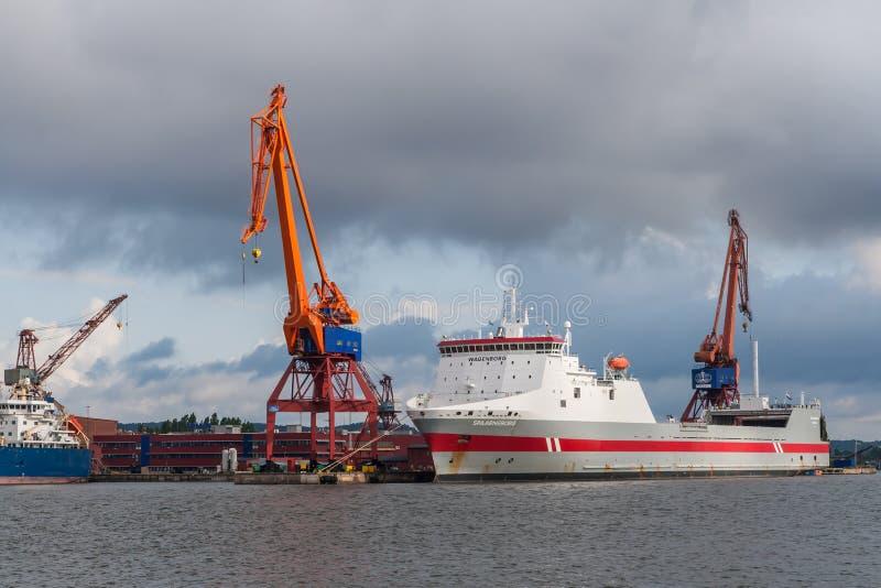 Grúas y una nave en Goteburgo, Suecia fotos de archivo libres de regalías