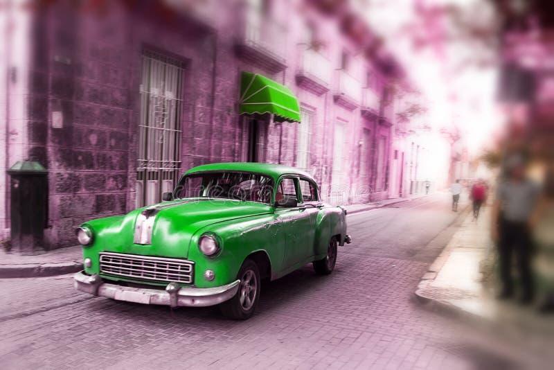 Grün, altes amerikanisches klassisches Auto in der Straße von alter Havana Cuba lizenzfreie stockfotografie